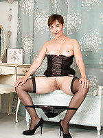 Hot amateur MILF tickles her shaved pussy making herself cum